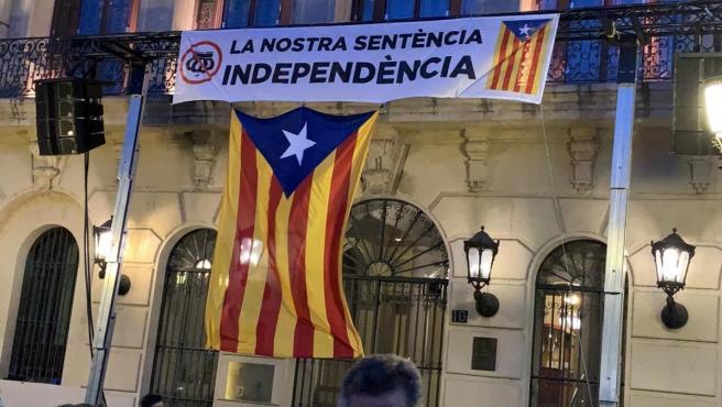 El Ayuntamiento de Lleida cuelga una pancarta con una corona del revés