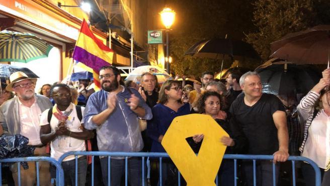 Algunos militantes de MÉS per Mallorca, Vicenç Vidal, Bel Busquets y Fina Santiago, atienden a la concentración en contra de la sentencia del 'Procés'en Palma de Mallorca.
