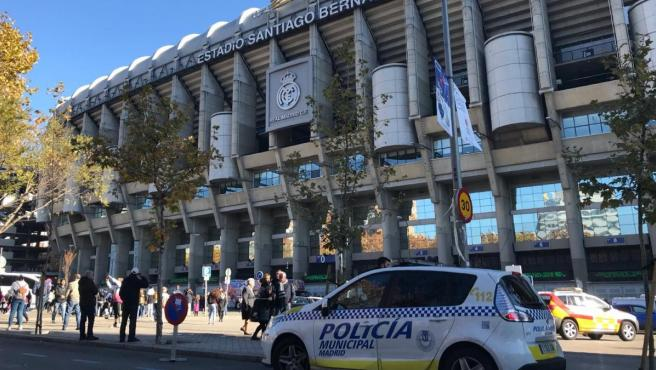 Estadio Santiago Bernabeu con Policía