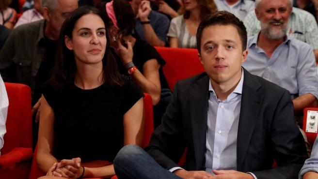 El portavoz de Más Madrid en la Asamblea de Madrid, Íñigo Errejón, junto a la coportavoz del grupo, Rita Maestre.