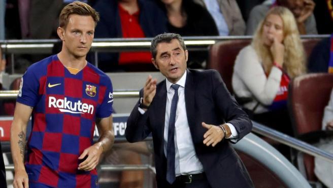 Ernesto Valverde da instrucciones a Ivan Rakitic en un partido.
