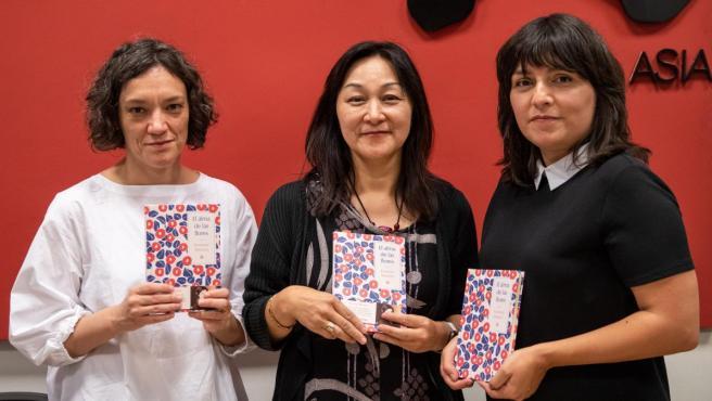 Las traductoras María José Ferrada y Yumi Hoshino con Marián Bango, editora de 'El alma de las flores', el primer poemario de Kaneko Misuzu en castellano.