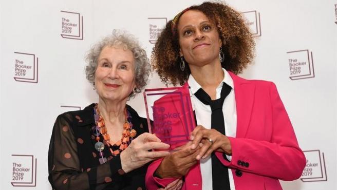 La escritora canadiense Margaret Atwood y la británica Bernardine Evaristo, ganadoras del premio Booker 2019, tras recibir el galardón, en Londres (Reino Unido).