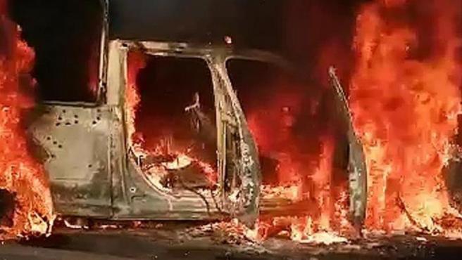 Un vehículo de la Policía Estatal mexicana arde tras un ataque en Aguililla, en el estado de Michoacán, en el que murieron al menos 13 agentes.
