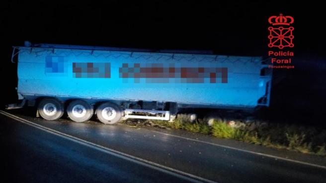 Imagen del camión que ha sufrido un accidente en Valtierra