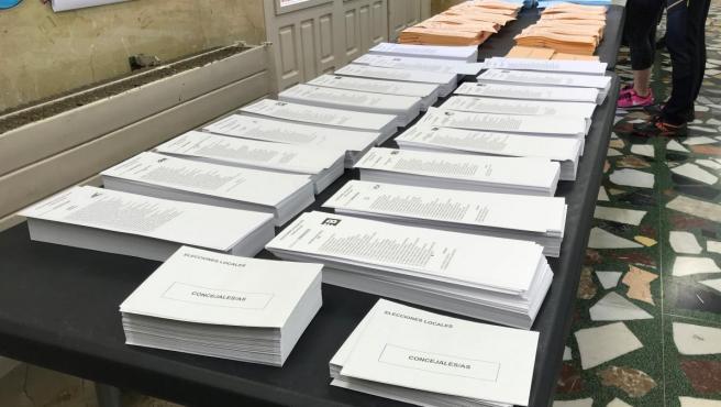 Mesa con papeletas en un colegio electoral
