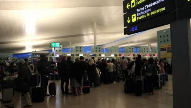 Colas de pasajeros en el aeropuerto de El Prat al día siguiente de las protestas contra la sentencia del 'procés'.