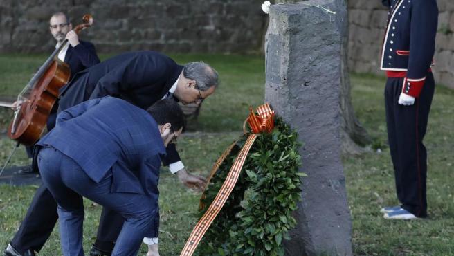 Quim Torra, con el vicepresidente Pere Aragonès, durante la ofrenda floral en la tumba de Companys.