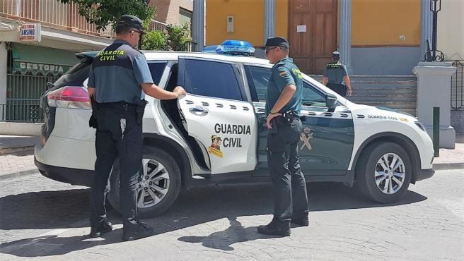 Vehículo de la Guardia Civil de Jaén con agentes.