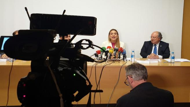 Ana del Fraile atiende a los medios de comunicación en el CIC de Salamanca en presencia del vicerrector de la USAL Enrique Cabero.