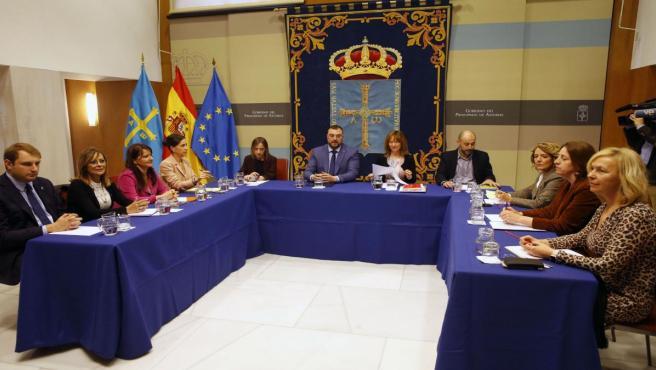 El presidente del Principado, Adrián Barbón, preside la mesa de estudio sobre la reforma de la financiación autonómica, junto a la consejera Ana Cárcaba y los portavoces de la Junta General del Principado de Asturias.