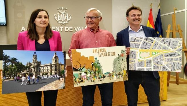 L'alcalde de València, Joan Ribó (centre de la imatge), i els regidors Elisa Valia i Giuseppe Grezzi presenten la peatonalització de la plaça de l'Ajuntament