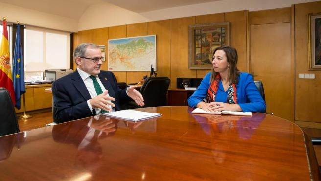 La consejera de Economía y Hacienda, María Sánchez, recibe al rector de la Universidad de Cantabria, Ángel Pazos.
