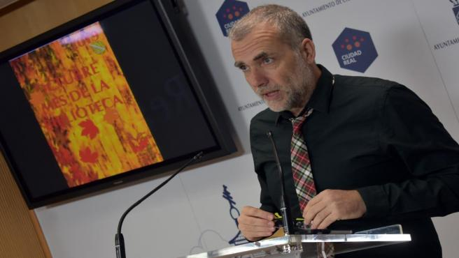 El concejal de Bibliotecas, Nacho Sánchez, en rueda de prensa