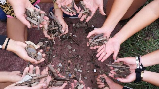 Piedras en el campo de rugby del Ruth Beitia