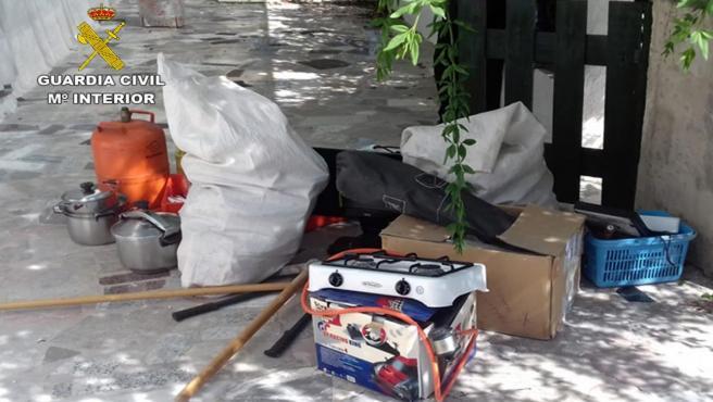 Numerosos enseres y electrodomésticos que acababan de ser sustraídos del interior de la vivienda