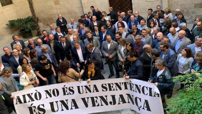 Alcaldes leridanos recorren el Eix comercial de Lleida con una pancarta que califica la sentencia del 1-O de 'venganza'
