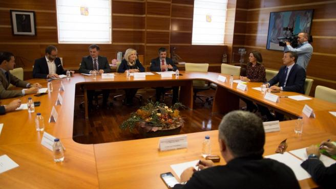 Casado y Mitadiel (C) en la reunión con representantes de Cs, PP, Vox, UPL y Por Ávila para abordar un pacto por la Sanidad.