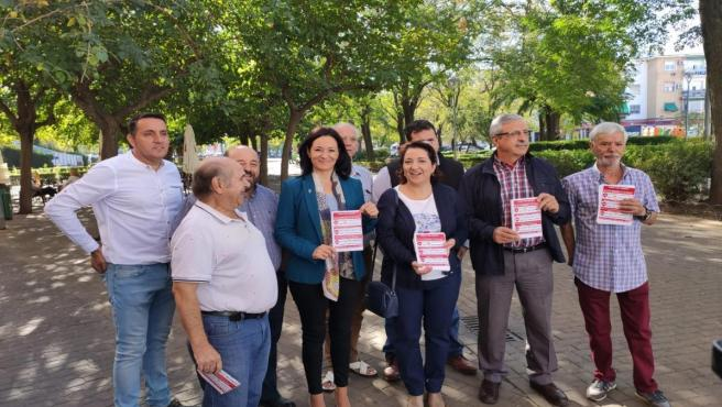 Crespín (2ª izda.), junto a Moya y Rojas y otros socialistas en el reparto informativo.