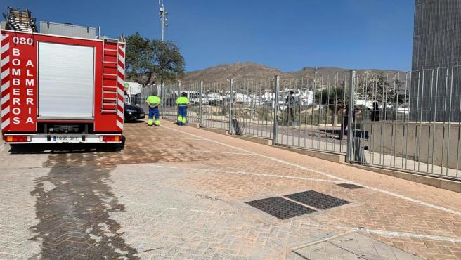 Bomberos asisten el incendio del Centro de Artes Escénicas de Níjar (Almería)
