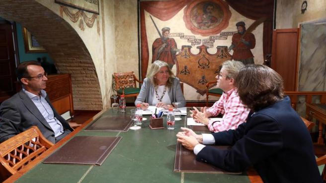 La alcaldesa, Ángeles Muñoz, en un encuentro con representantes de la Plataforma Iniciativa Cívica Pro Centro Judicial Costa del Sol Occidental, encabezada por el juez decano de la ciudad, Ángel José Sánchez.