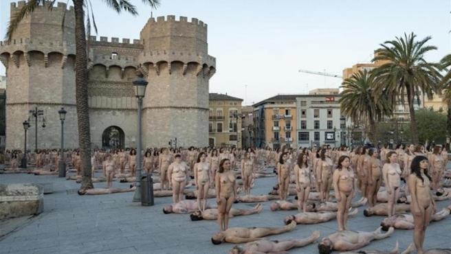 Cerca de 1.300 personas posan desnudas para el fotógrado Spencer Tunick ante las Torres de Serranos
