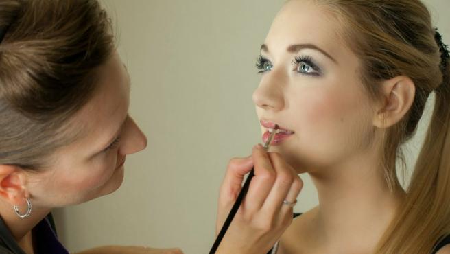 Imagen de archico de una chica siendo maquillada.