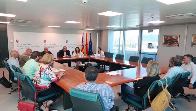 El conseller de Educación, Universidad e Investigación, Martí March, reunido con alcaldes y regidores de los ocho municipios con alumnado matriculado de bachillerato en el IES Sineu