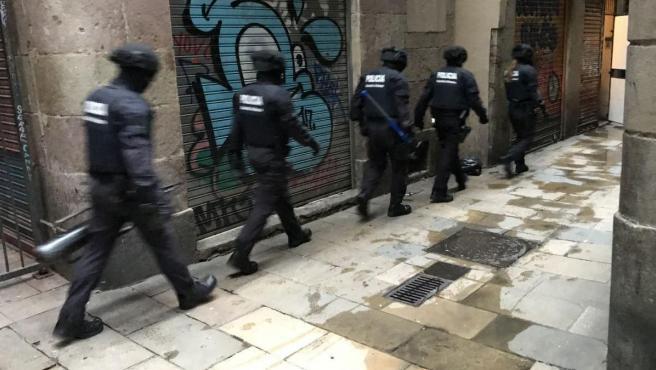 La Guardia Urbana detiene a tres personas en la intervención en dos pisos de Ciutat Vella en los que se vendía droga.