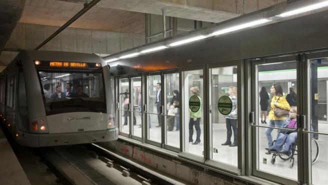 Un vagón del Metro de Sevilla circulando