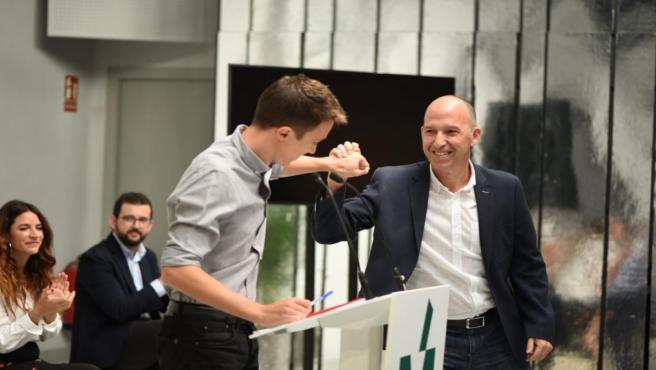 Carmelo Asensio saluda a Iñigo Errejón en la presentación de la candidatura Más País, en Teatro Replika de Madrid.