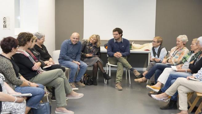 Inauguración del curso del club de lectura 'Latitudes-Lecturas', ocn los concejales de Pamplona María Caballero y Arturo Lecumberri.