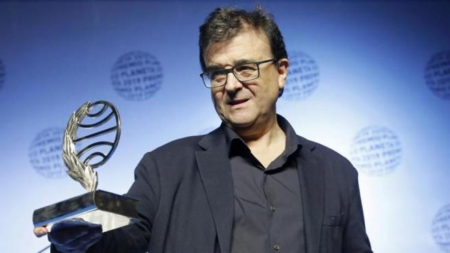 El escritor Javier Cercas, ganador del LXVIII Premio Planeta de Novela con la novela 'Terra Alta', tras recibir el galardón, en el Museo Nacional de Arte de Cataluña (MNAC), en Barcelona.