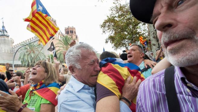 Unas 12.000 personas, según la Guardia Urbana, están concentradas rodeando el parque de la Ciudadela, donde se encuentra el Parlament de Catalunya para seguir en directo el pleno de este viernes a través de tres pantallas gigantes instaladas en el Paseo Pujades, donde celebran la declaración de independencia.