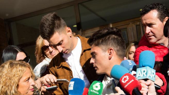 Víctor Rodríguez (d), Carlos Cuadrado (i), y Raúl Calvo, los exjugadores de la Arandina CF procesados por un presunto delito continuado de agresión sexual.
