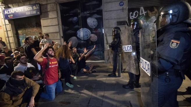 Manifestantes concentrados en la Via Laietana de Barcelona protestan frente a los antidisturbios de la Policía Nacional.