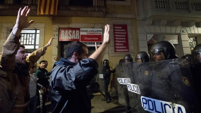 Manifestantes en la Via Laietana de Barcelona protestan frente a miembros de la Policía Nacional tras conocerse la sentencia por el juicio del procés.