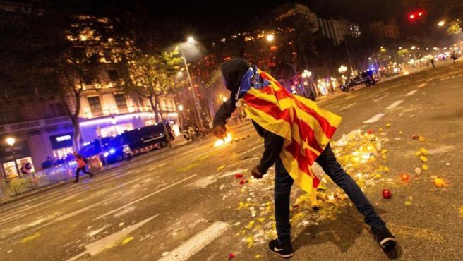 Un manifestante se enfrenta a los Mossos d'Esquadra junto a la Delegación del Gobierno en Barcelona el 15 de octubre de 2019.