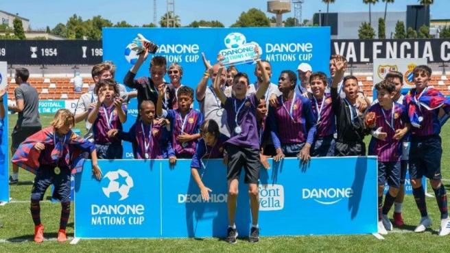 El equipo alevín del Barcelona, tras ganar la final nacional de la Danone Nations Cup