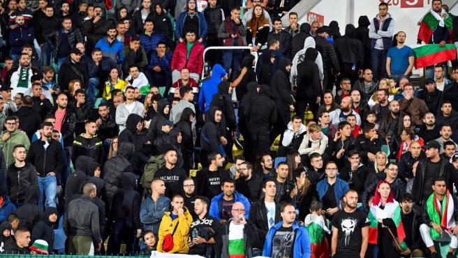 Ultras de Bulgaria abandonan el estadio Buleng durante el partido contra Inglaterra.