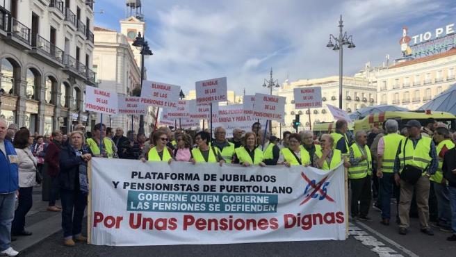 Vista de la manifestación bajo el lema 'Gobierne quien gobierne, las pensiones públicas se defienden' celebrada en la Puerta del Sol (Madrid).