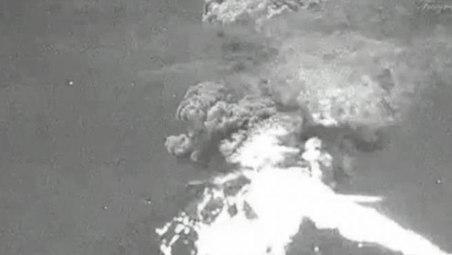 Imagen de la fuerte explosión tras la nueva erupción del volcán Popocatepetl, en México.