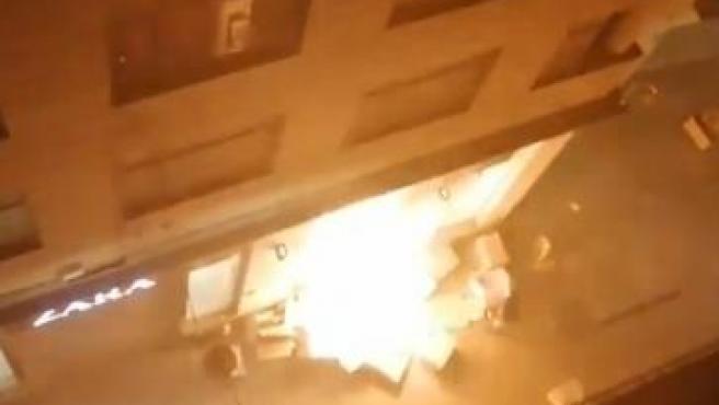 Un grupo de radicales prende fuego a una tienda de Zara, en el centro de Lleida.