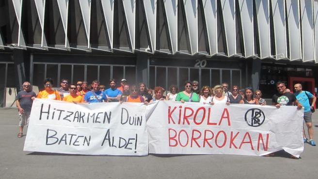 Trabajadores de polideportivos Bizkaia concentrados ante San Mamés