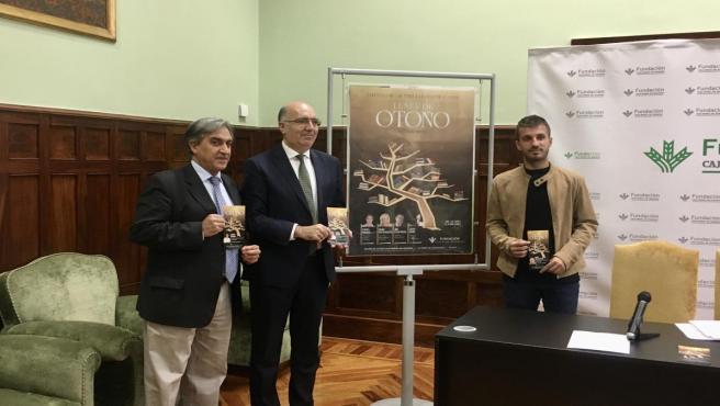 Los escritores Alejandro y José Luis Corral y el director de la Fundación Caja Rural de Aragón, José Antonio Artigas. presentan el ciclo 'Lunes de Otoño'