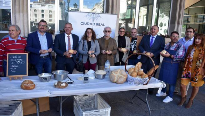 Reparto de pan en Ciudad Real por el Día Mundial del Pan