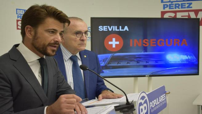 El portavoz del Grupo Popular en el Ayuntamiento de Sevilla, Beltrán Pérez, en rueda de prensa