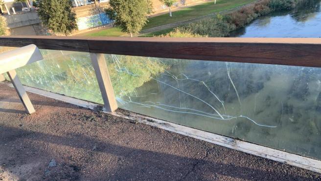 Cristal roto en la Pasarela del Liceo Escolar, donde ardió un contenedor.