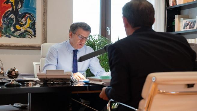 El presidente de la Xunta, Alberto Núñez Feijóo, analiza los presupuestos con el conselleiro de Facenda, Valeriano Martínez