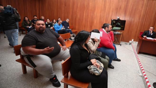 Marino Giménez (1i) y Saul Giménez, hemanos de Sinaí Gimenez (con camiseta roja) y miembros del clan de los Morones, en el banquillo durante el juicio por una reyerta entre los clanes gitanos de los Morones y los Zamoranos (ocurrida el 16 de octubre de 2
